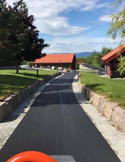 asfaltering og belegningsstein av gangvei gjennom gårdstun