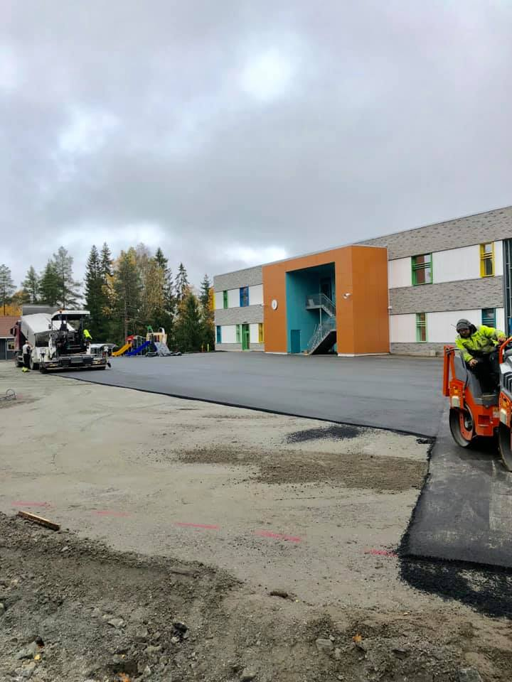asfaltering av parkeringsplass foran bygning