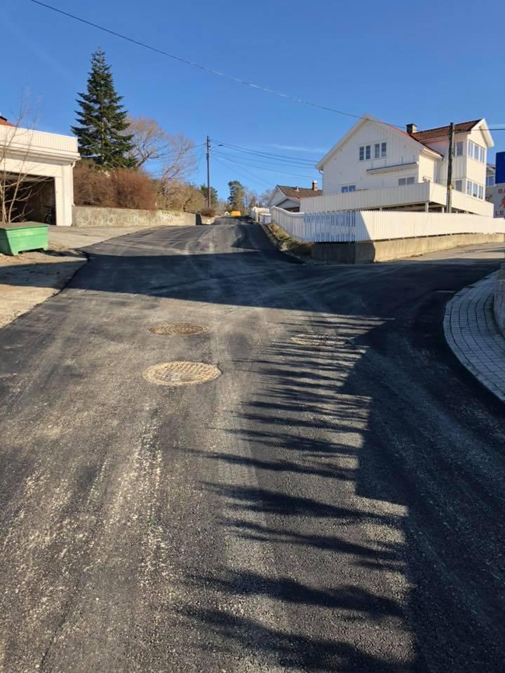 Vei i boligområde blir asfaltert
