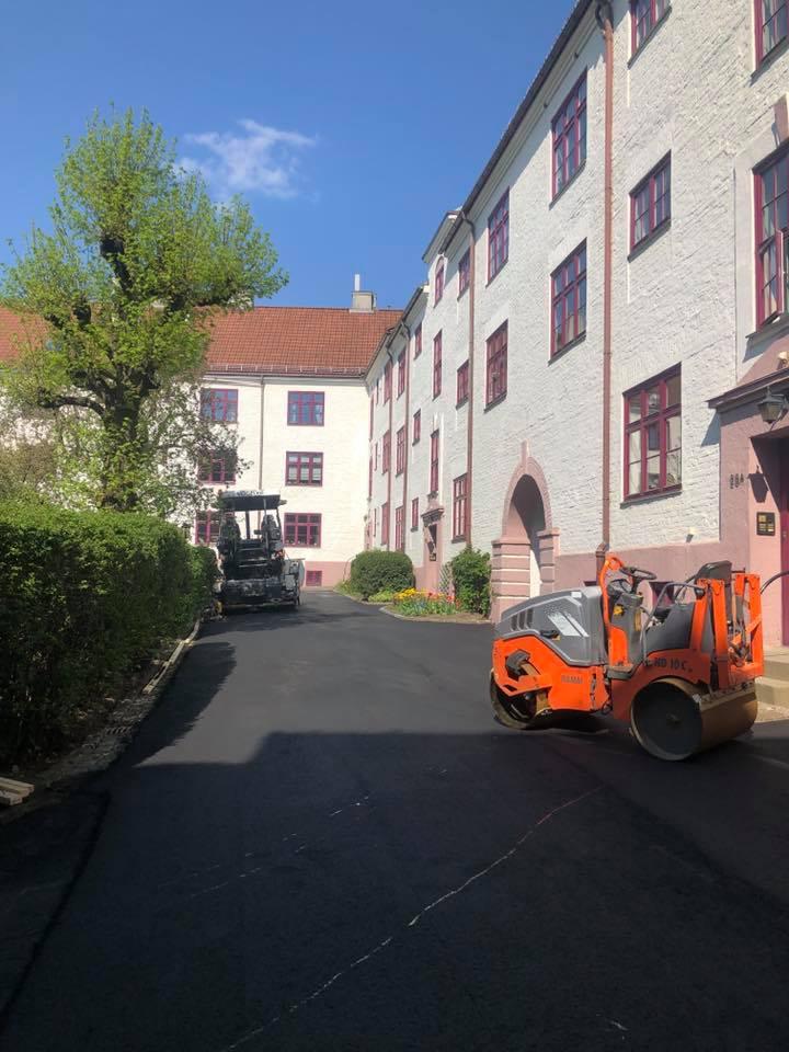 asfaltering av bakgård i boretslag