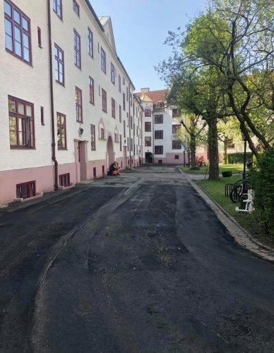 asfaltering og kantstein setting i bakgården på et borettslag