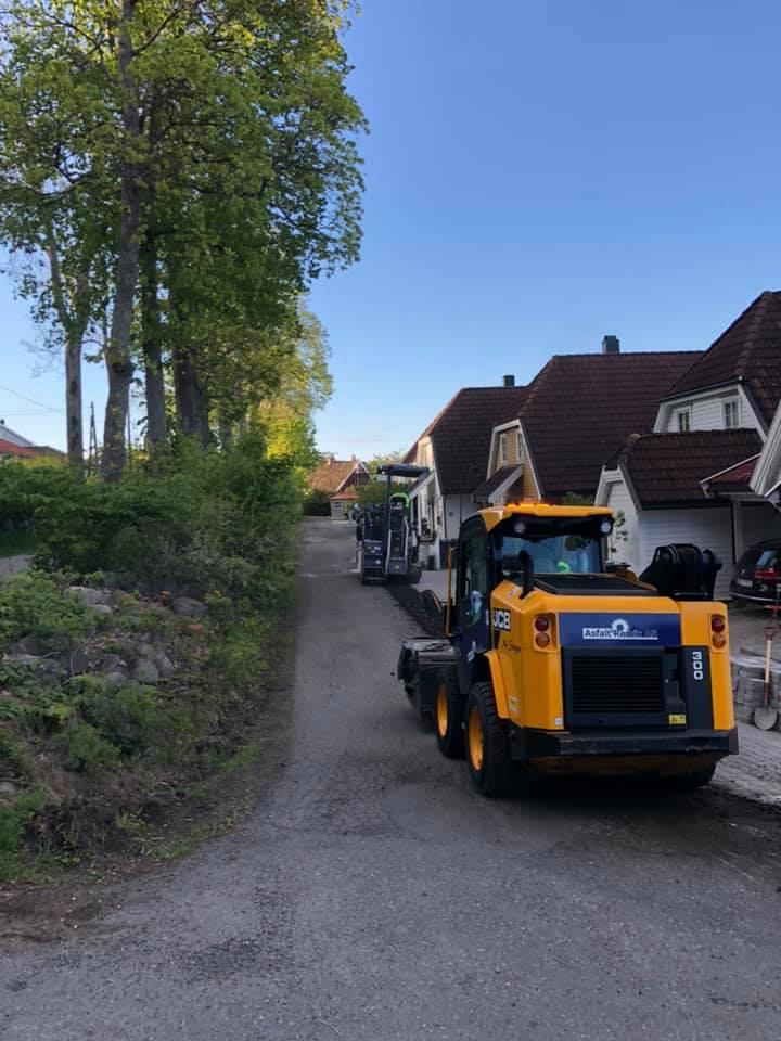 forarbeide før asfaltering av vei i boligområde