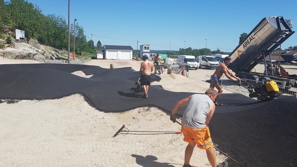 oppbygging og håndlegging av asfalt i skatepark